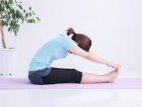 長座体前屈をしている女性