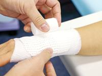 血流を阻害しない程度に患部を包帯などでくるむ